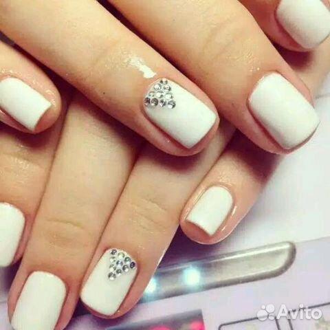 Шеллак розовый с белым ногтей